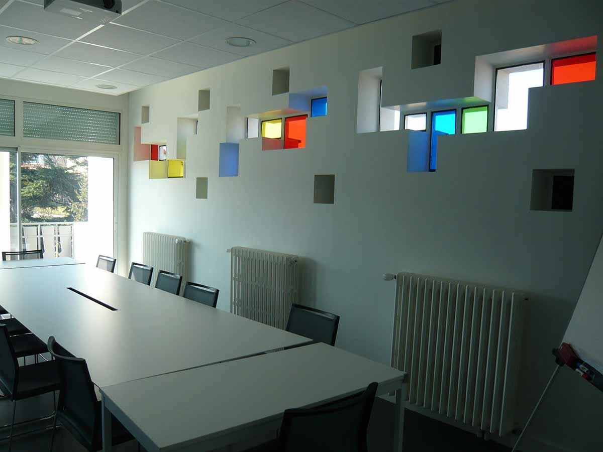 Salle de réunion lumineuse du siège du CMA