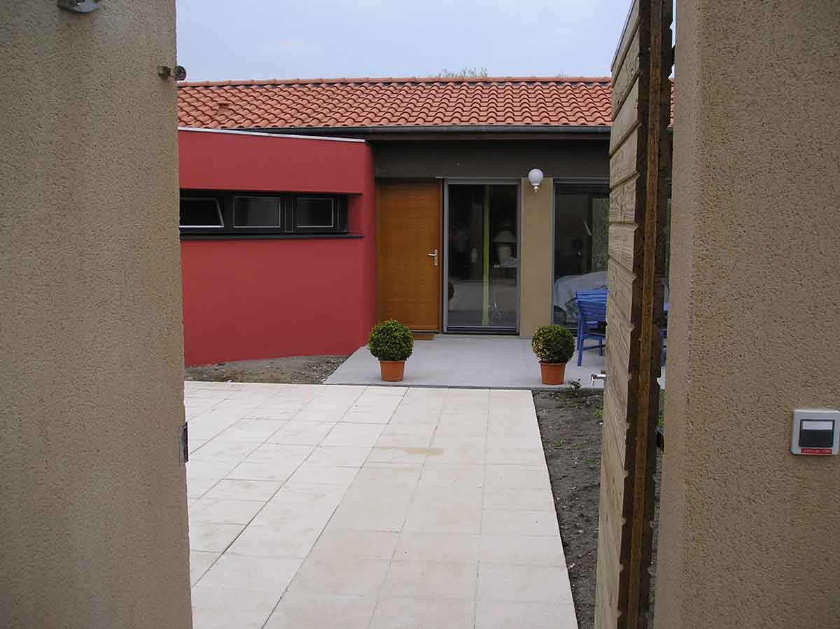 Vue de l'entrée maison en Auvergne