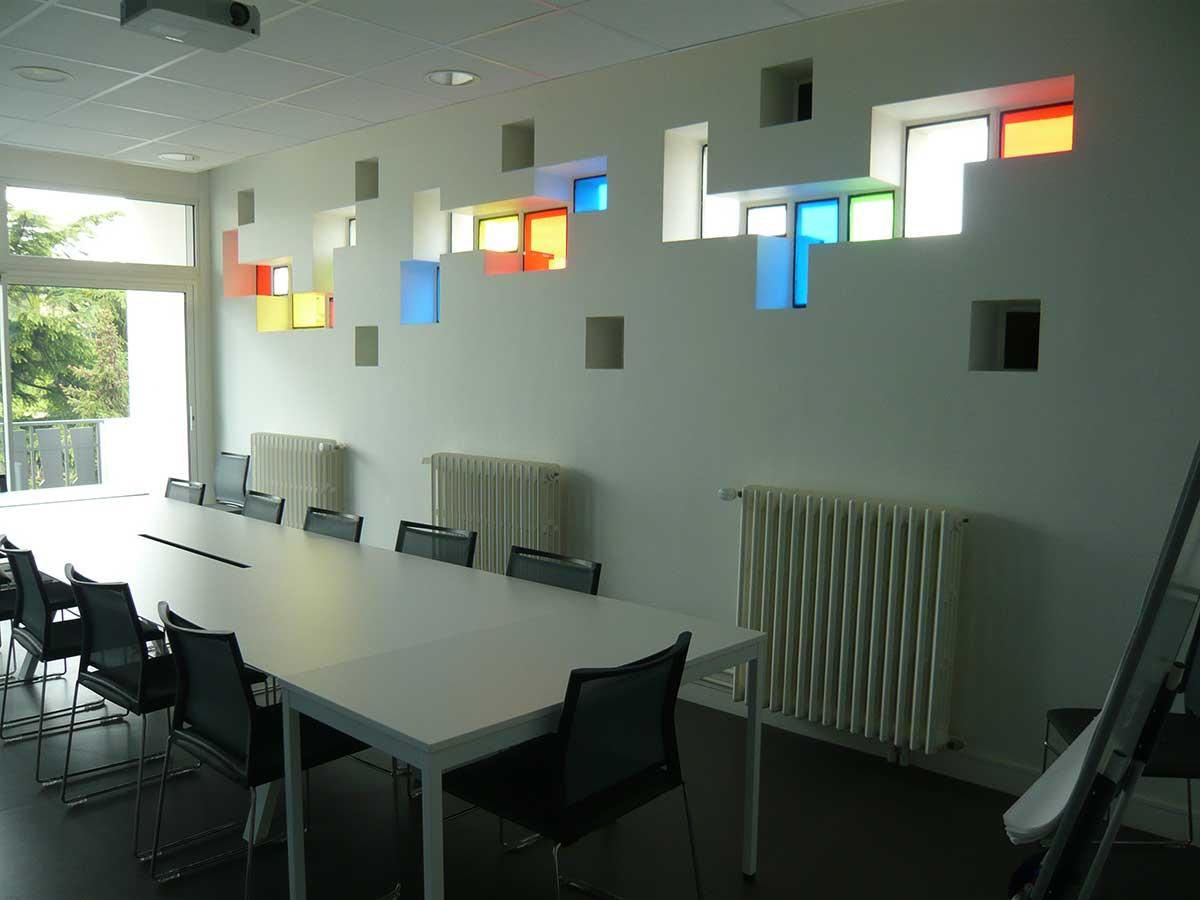 Salle de réunion et ses vitraux