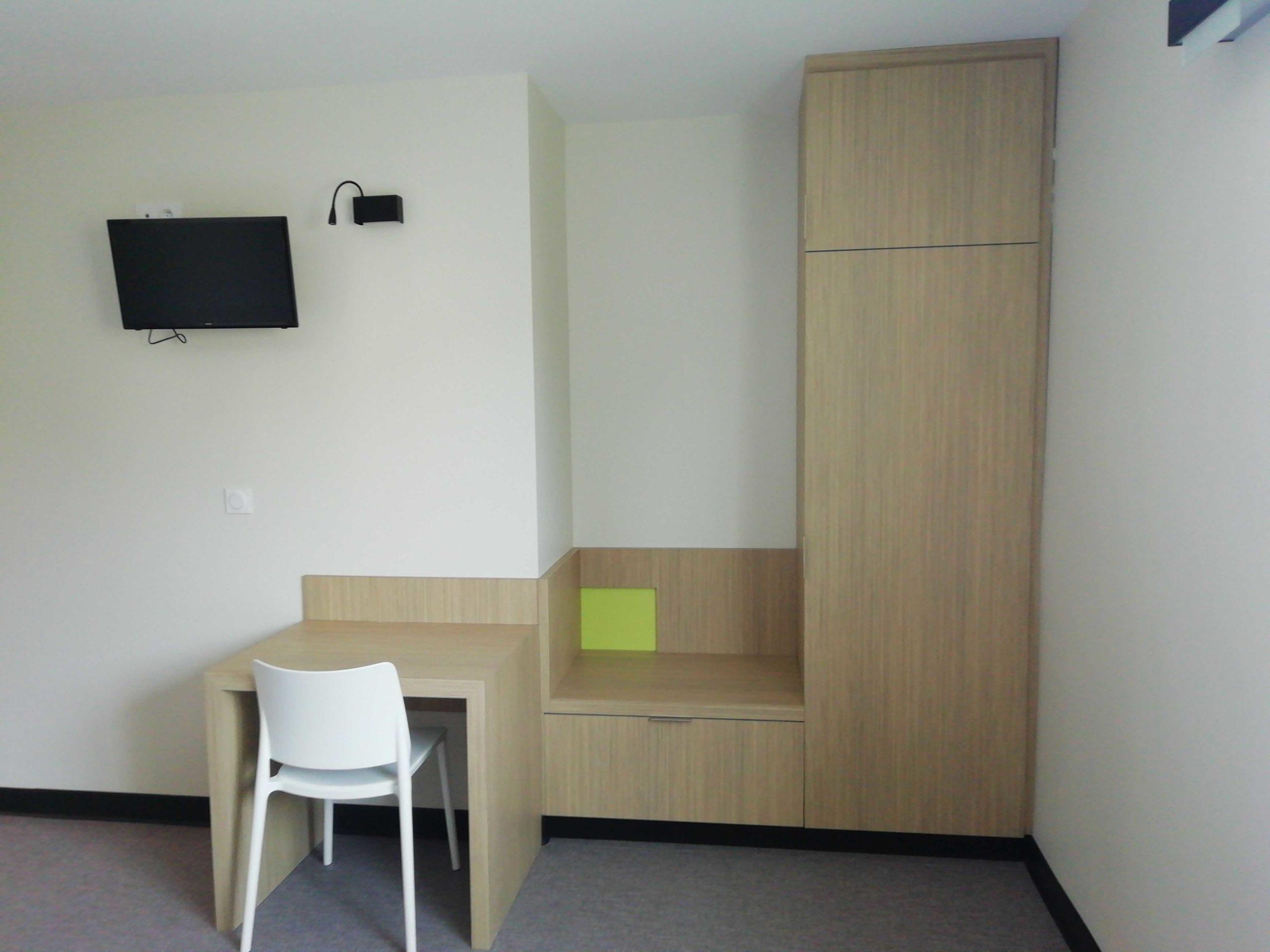 Espace de rangement et bureau dans l'une des chambres