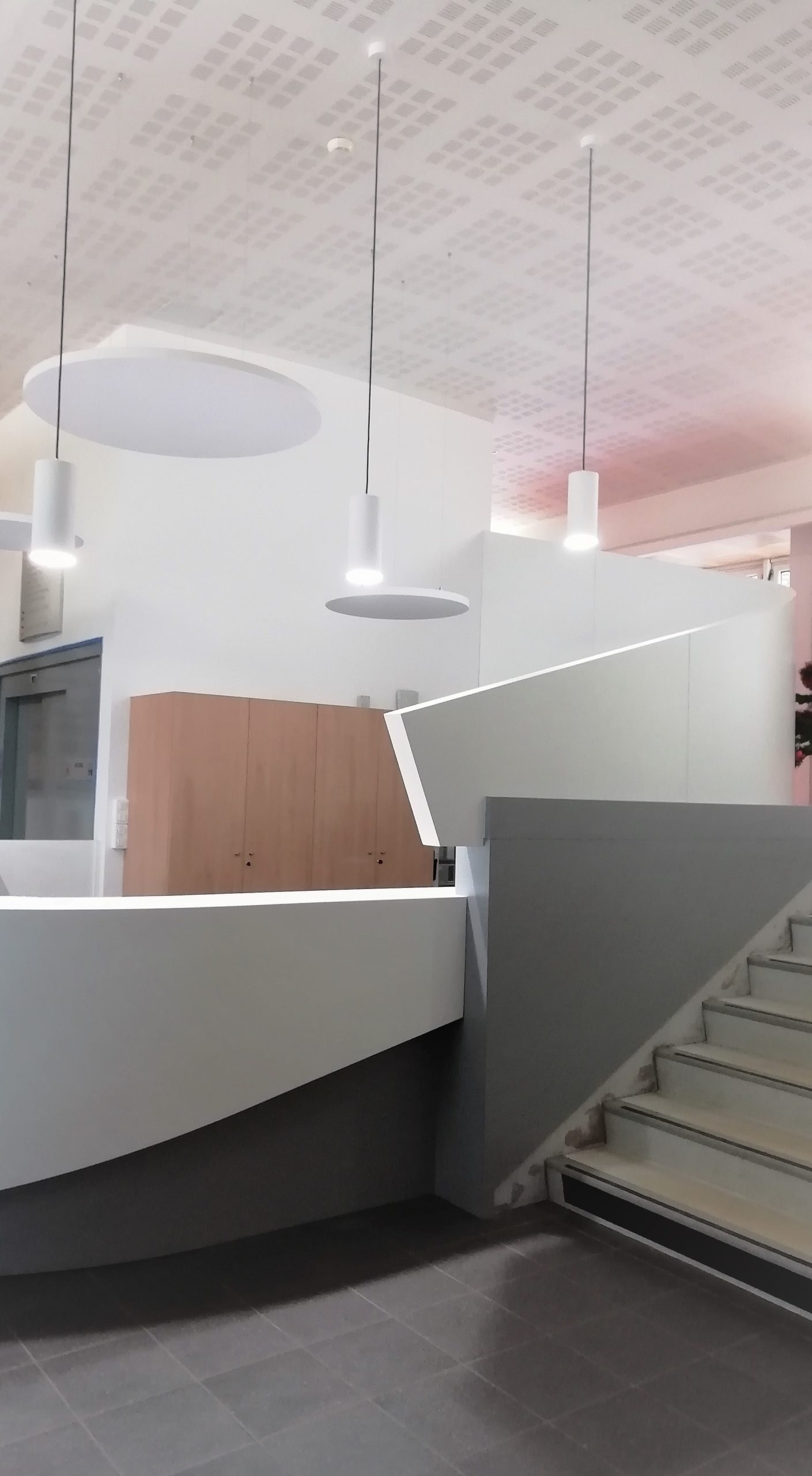 Banque d'accueil vue avec les panneaux acoustiques